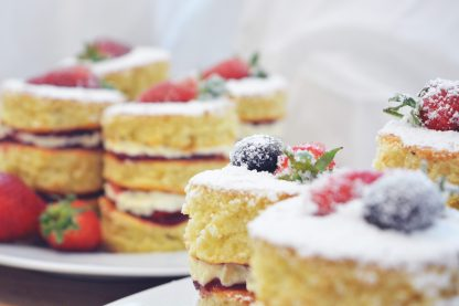 Mini-Victoria-Sponge-Cake-mit-Beeren