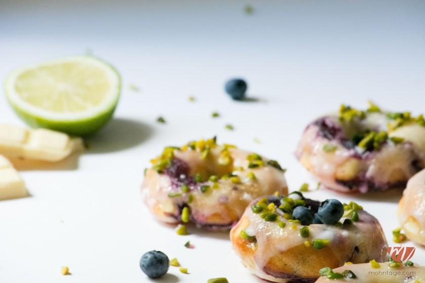 Baked-Blueberry-Donuts-Pistazien-Limette-weisse-Schokolade-Blaubeeren-Rezept-Mohntage (6)