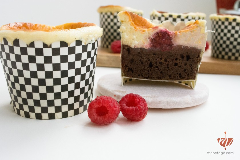 Dinkel-Brownie-Cheesecake-Cupcakes-mit-Himbeeren-Rezept-Party-Food-Mohntage-8