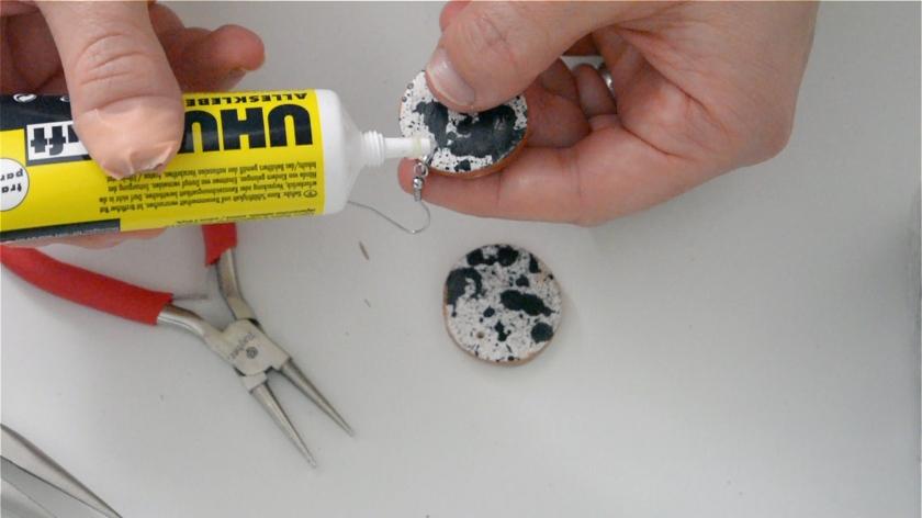 diy-splatter-paint-schmuck-mohntage-klebepunkt-setzen-tutorial-fimo