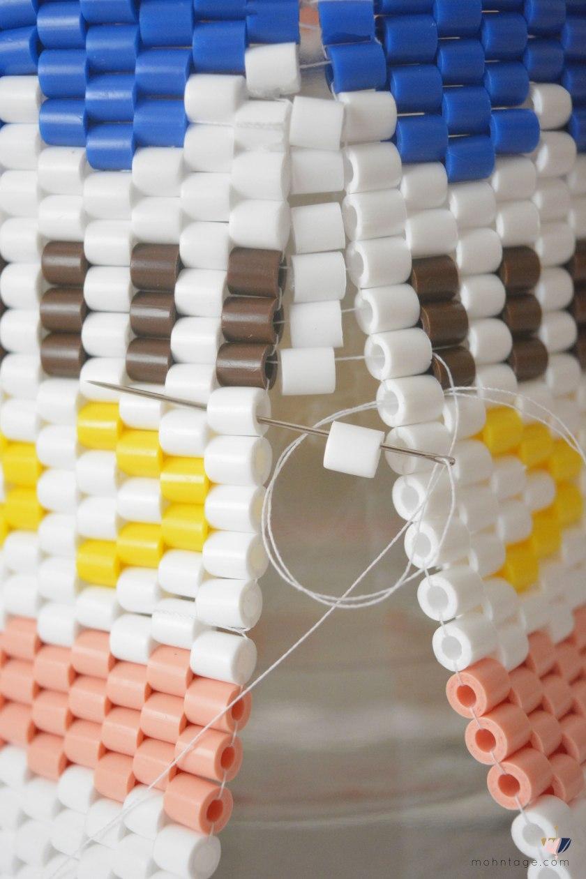 DIY-Peyote-Stitch-Flaschenbezug-mit-Buegelperlen-Anleitung-Mohntage-Blog-Flasche-Perlen-2-Reihe-Peyote-Ruecken-schließen-1