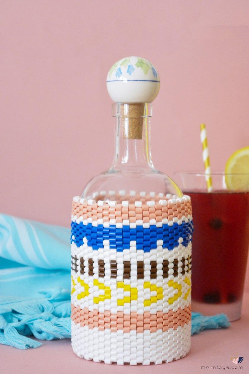 DIY-Peyote-Stitch-Flaschenbezug-mit-Buegelperlen-Anleitung-Mohntage-Blog-Flasche-Perlen-Tuch