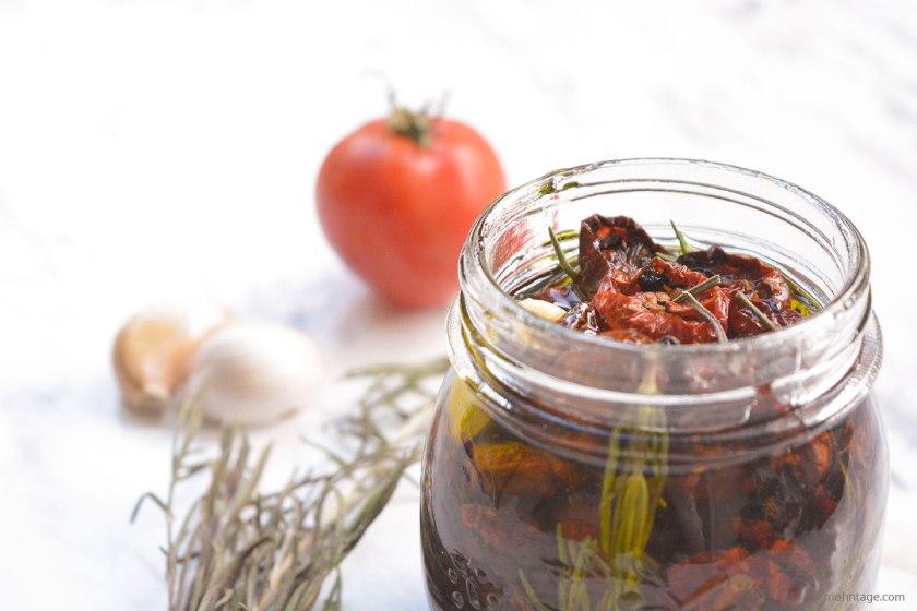 eingelegte-getrocknete-Kirschtomaten-mit-Rosmarin-Knoblauch-Kulinarisch-auf-Vorrat-Mohntage-Blog-Vergissmein-nicht-2