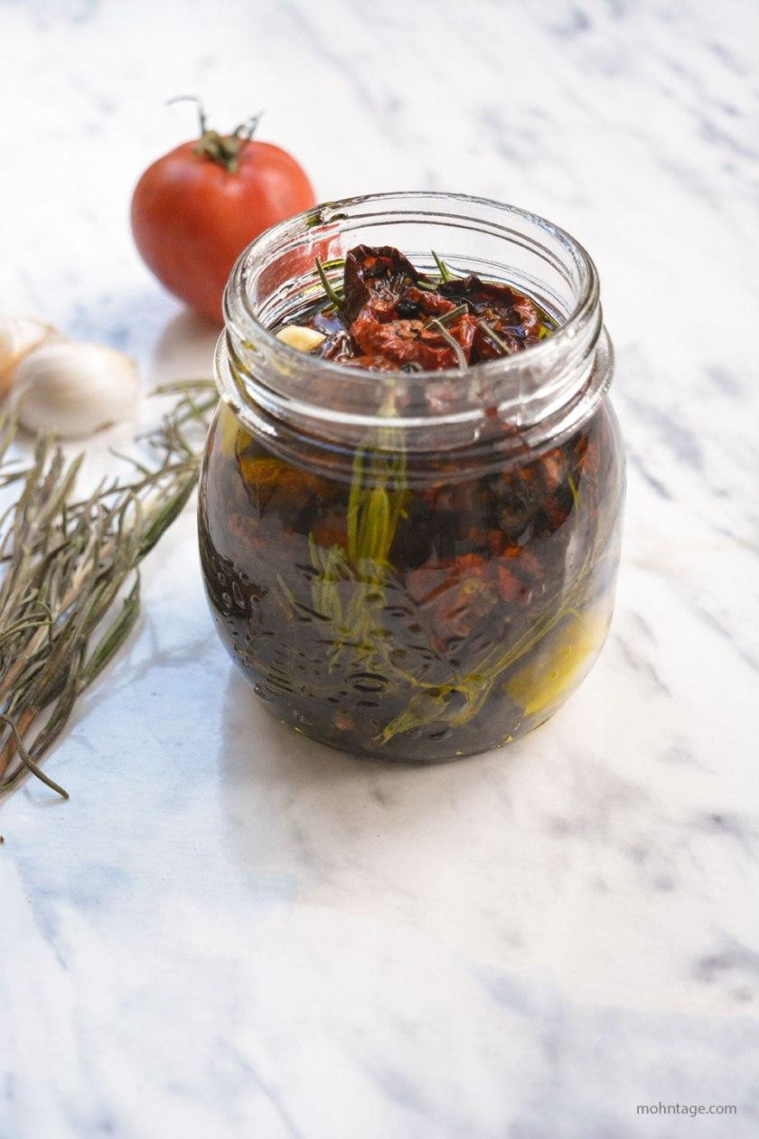 eingelegte-getrocknete-Kirschtomaten-mit-Rosmarin-Knoblauch-Kulinarisch-auf-Vorrat-Mohntage-Blog-Vergissmein-nicht-3